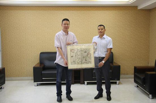 文成籍侨胞向家乡捐赠一幅1638年荷兰板中国地图